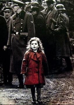 Un'installazione per la bambina dal cappotto rosso di